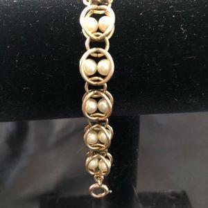 Vintage 1950s faux pearl bracelet .